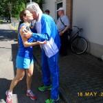 Giuseppe ringrazia Morena per la partecipazione e la conduzione della camminata